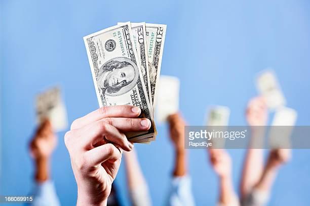Handvoll US-Dollar; viele mehr im Hintergrund