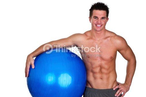 Fit man holding pelota de ejercicio : Foto de stock