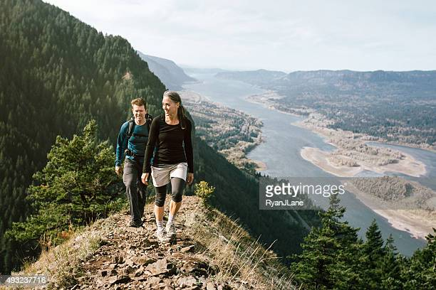 Fit adulti maturi escursione in montagna
