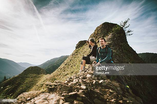 Fit adultes d'âge mûr sur le sommet de la montagne