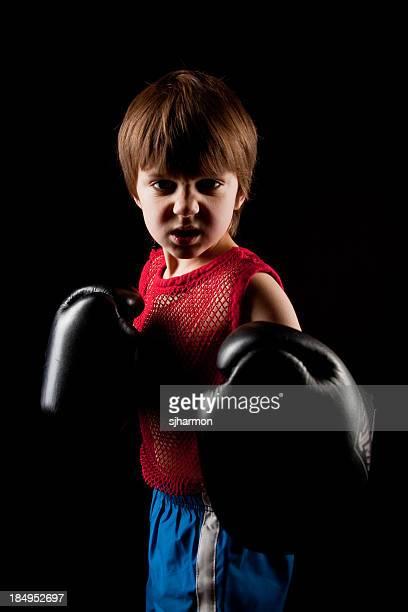 Fit signifie solide jeune garçon de boxe sur fond noir foncé