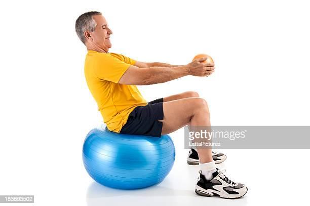 Fit Alter Mann Ausübung mit Medizin und fitness-ball