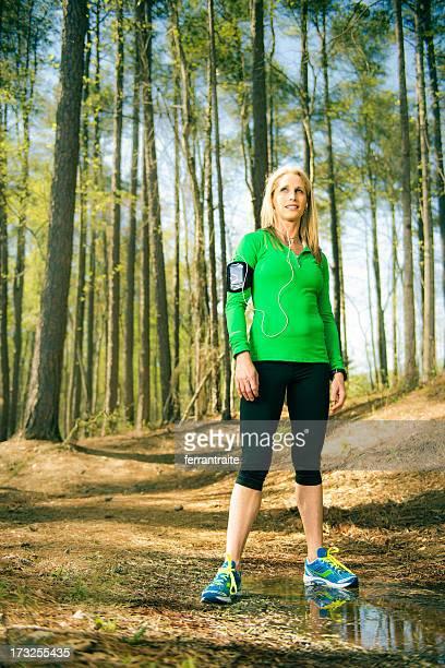 Fit donna Runner nella foresta