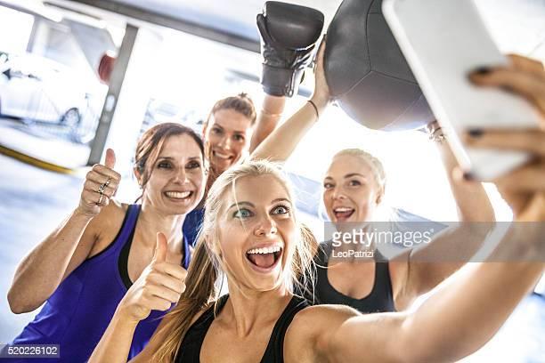 Centre de remise en forme entre amis, avoir une pause après une séance d'entraînement avec des autophotos