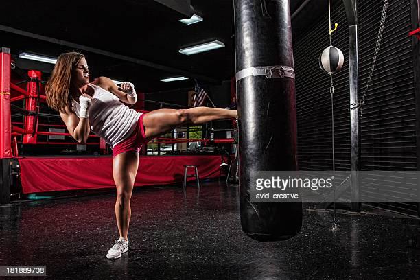 キックボクシングのフィットネス女の子トレーニング