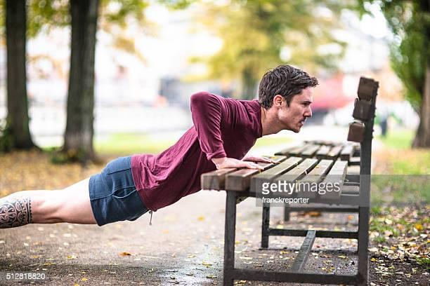 Fitness Mann tun push-ups im Freien park