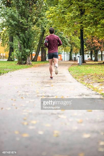 Fitness Mann laufen in Berlin Rückansicht