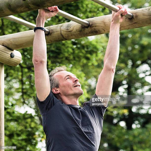 Fitness-training auf outdoor-monkey-bars