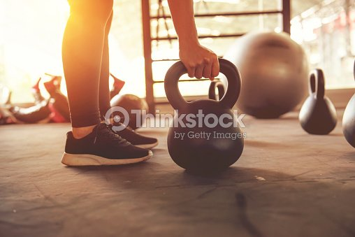 Fitness-Training mit Kettlebell in Sporthalle. : Stock-Foto
