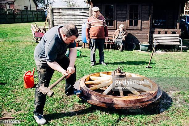 Taglio del metallo pneumatici in un legno Fare la ruota, martello, wheelwrights