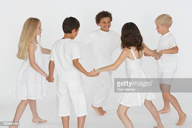 Cinque Bambini che giocano intorno ad anello chiuso-il-rosie