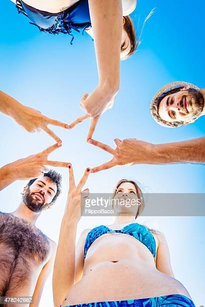Cinq amis à la plage en famille
