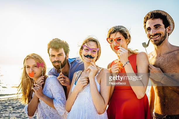 Cinco amigos una fiesta en la playa