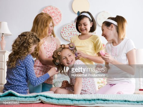 five girls on a bed : Stockfoto