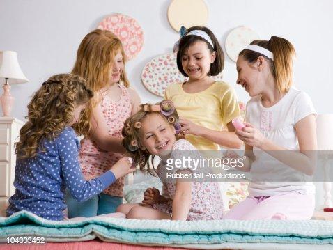 five girls on a bed : Foto de stock