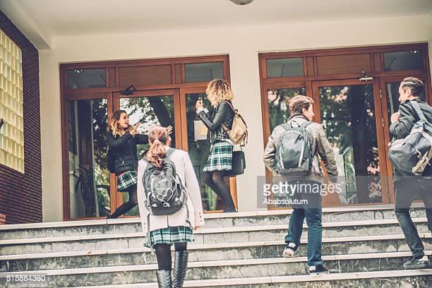 Cinq étudiants heureux aller à l'école de Turquie, Istanbul