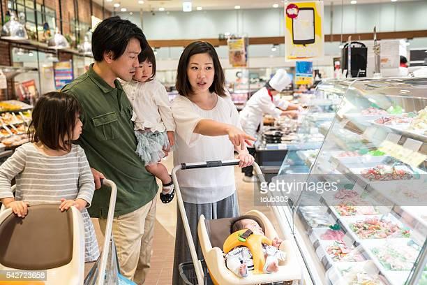 Cinq membres de la famille dans un supermarché achats