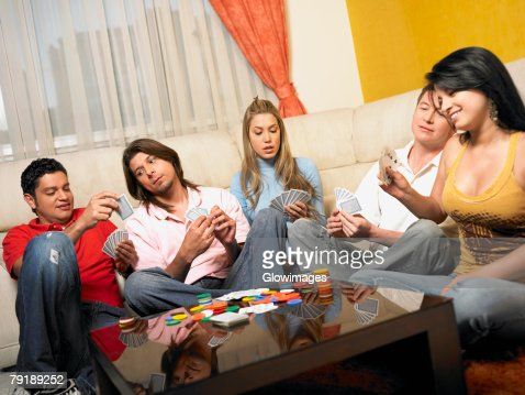 Five people playing cards : Foto de stock