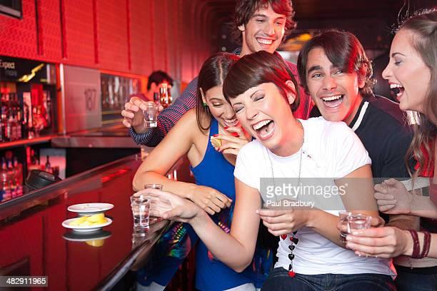 Cinco personas con tomas en club nocturno sonriente