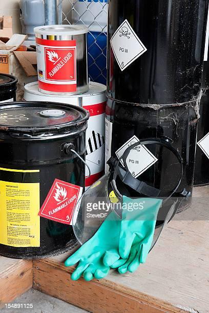 バケットが積まれ、危険化学薬品