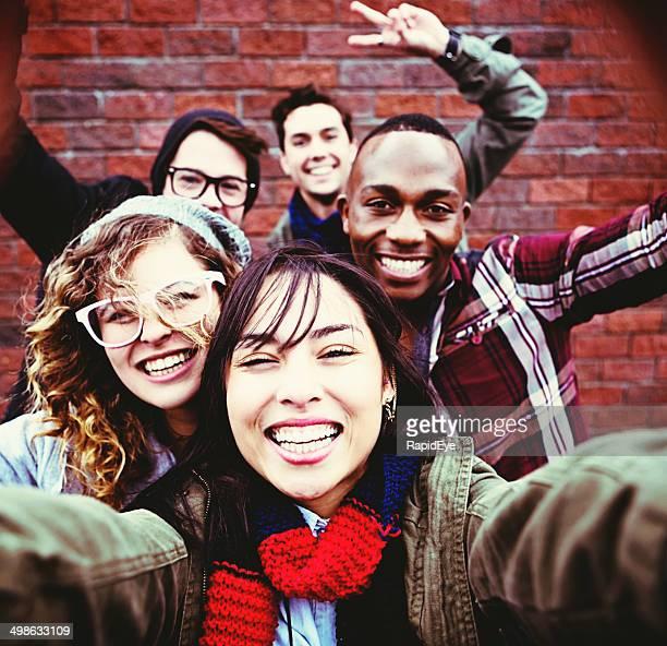 Fünf lächelnd Kinder nehmen Sie die glücklichen Schülern