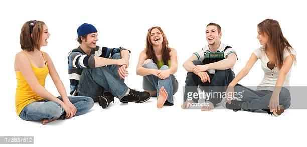 5 つの 10 代の友人と笑う