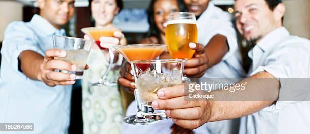Fünf junge Erwachsene geselliges Beisammensein in der Hotelbar bei einem Drink