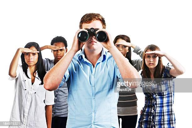Fünf junge Menschen Hände Augen Schattierung mit Fernglas