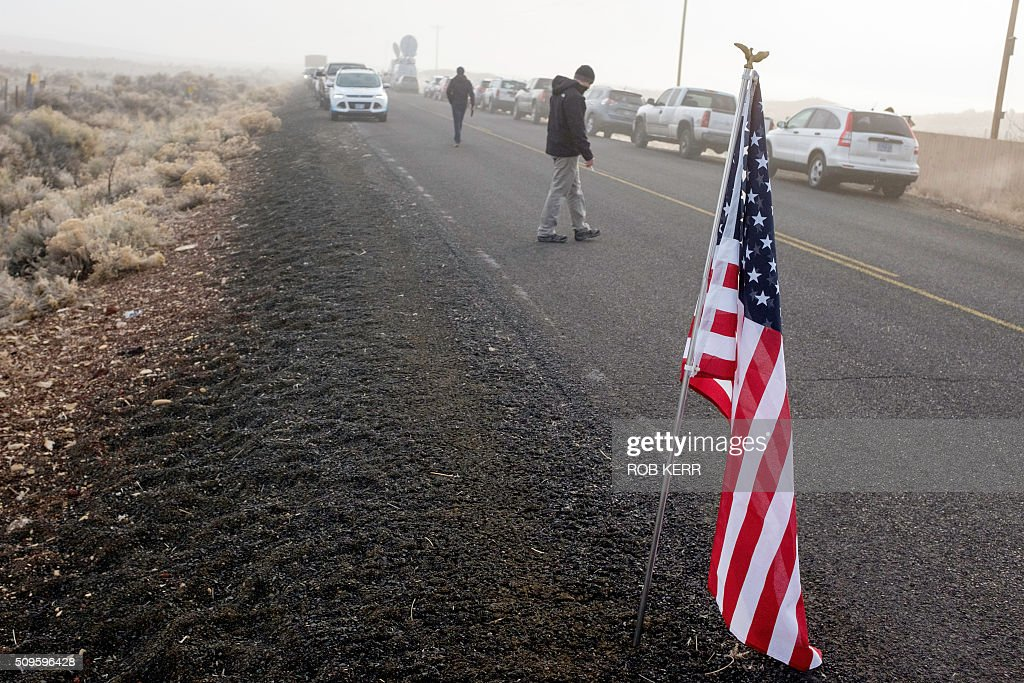A US flag is planted on the side of the road Thursday morning near the Malheur Wildlife Refuge Headquarters near Burns, Oregon, on February 11, 2016. The FBI surrounded the last protesters holed up at a federal wildlife refuge in Oregon amid reports they will surrender on Thursday, suggesting the weeks-long armed siege is approaching a climax. / AFP / Rob Kerr