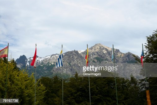 Flags and trees in front of mountains, San Carlos De Bariloche, Argentina : Foto de stock