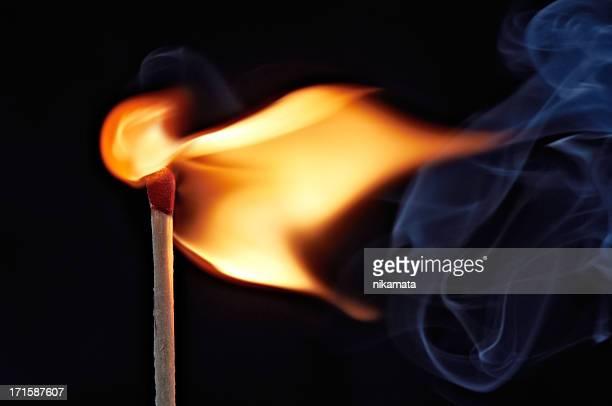 Flamme dans une partie bien éclairé