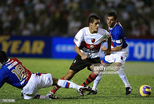 Flamengo's Renato Augusto vies for the ball with Parana's Joelson and Beto during their Libertadores Cup football match 14 March 2007 in Curitiba...