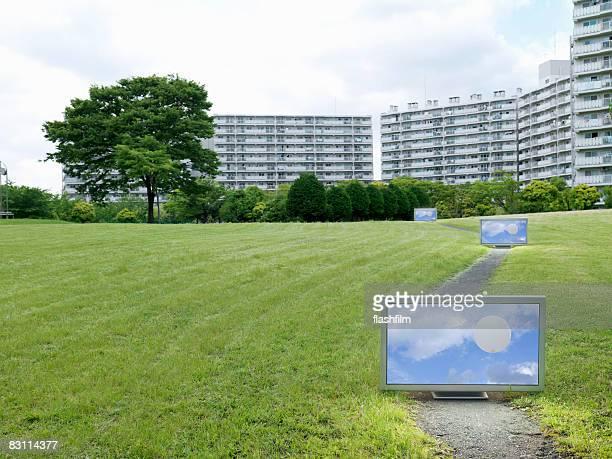 フラットスクリーンテレビの前に配置された都会のアパートメント