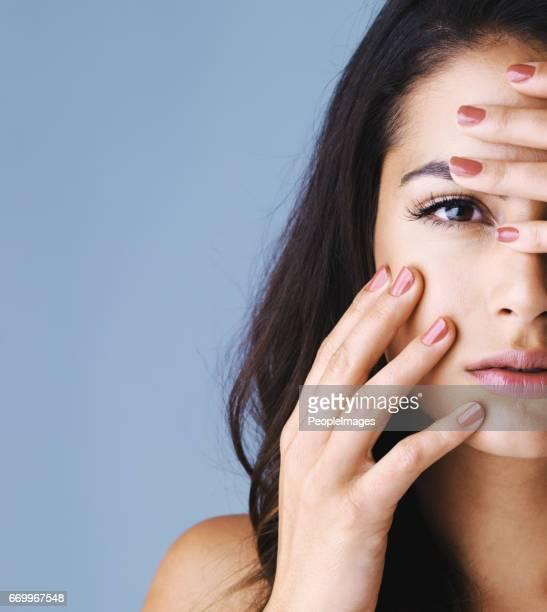 Affichant ses doigts parfaits