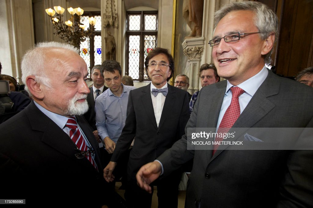 Flemish parliament chairman Jan Peumans (L), Belgian Prime Minister Elio Di Rupo (C) and Flemish Minister-President Kris Peeters (CD&V, Flemish Christian Democrats) gather during celebrations of the Flemish regional holiday, on July 11, 2013 at the city hall in Brussels. AFP PHOTO/ BELGA/NICOLAS MAETERLINCK -Belgium Out-
