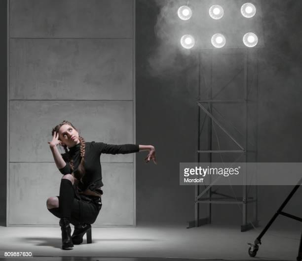 Femme danseuse souple, spectacle de danse moderne
