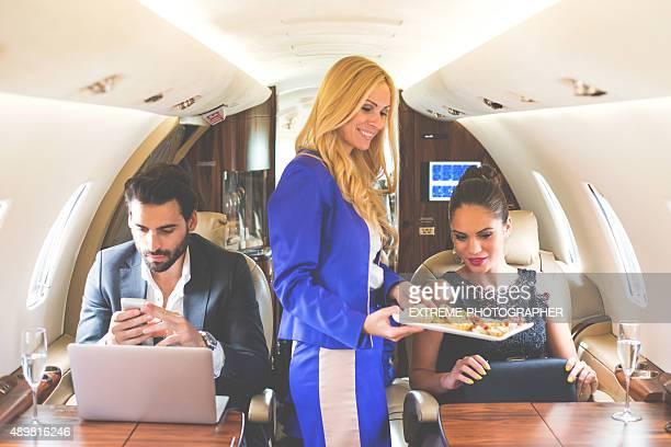 Flugbegleiterin mit Mahlzeit