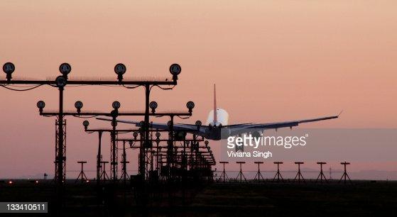 Flight landing at airport : Bildbanksbilder