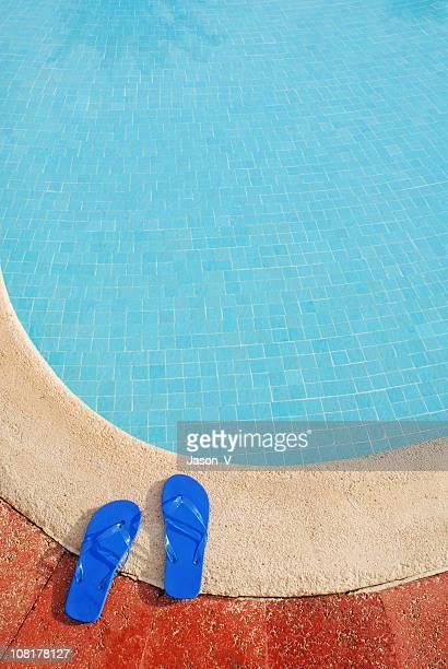 Tongs en bord de la piscine
