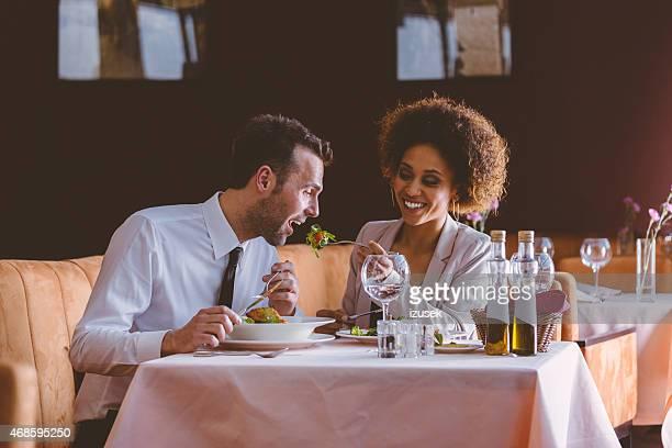 couple flirter au dîner dans le restaurant