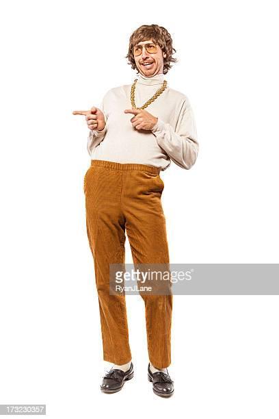 Flirtare retrò, stile anni Settanta uomo su bianco