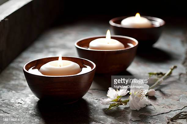 Flutuante velas em um ambiente de Zen