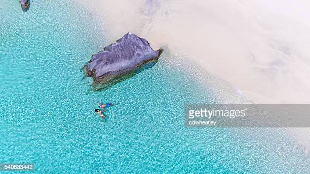 couple flottant sur une plage à Virgin Gorda, dans les îles Vierges britanniques