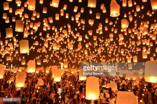 Floating Lanterns : Yi Peng in Thailand