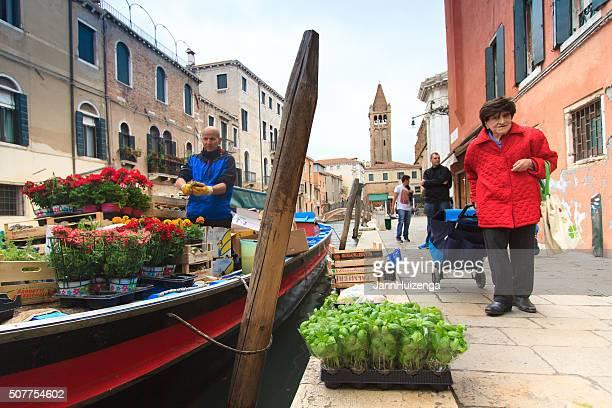 Schwimmender Markt, Kanal, Senior Einkäufer in Venedig, Italien