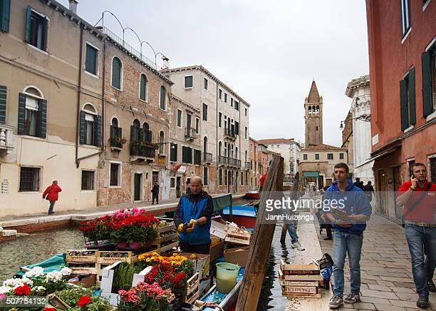 Schwimmender Markt, Kanal, Lieferanten Reinigung Artischocke in Venedig, Italien