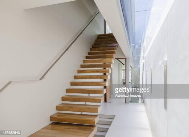 Schwimmende Treppe und Korridor in einem modernen Haus