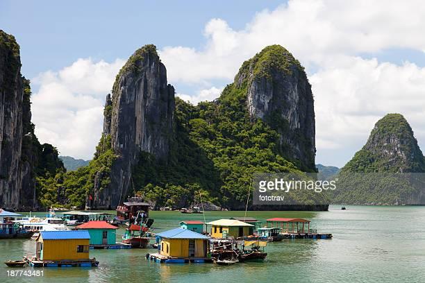 village de pêcheurs flottant sur la baie d'Halong, Hanoï, Vietnam