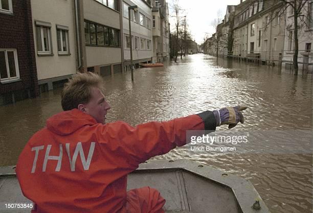 Flood of the river Rhine in Bonn Beuel Men of the Technisches Hilfswerk supply the residents