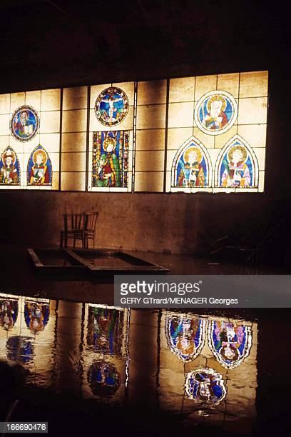 Floods In Florence Florence novembre 1966 Les dégats dans les rues et les églises et le musée des Offices après la crue de l'Arno des vitraux qui se...
